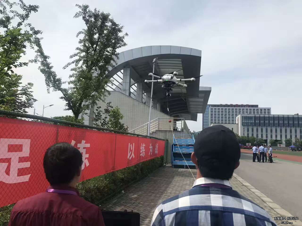 JingCha玩无人机演练,都是四轴啊。以后要四轴空战?