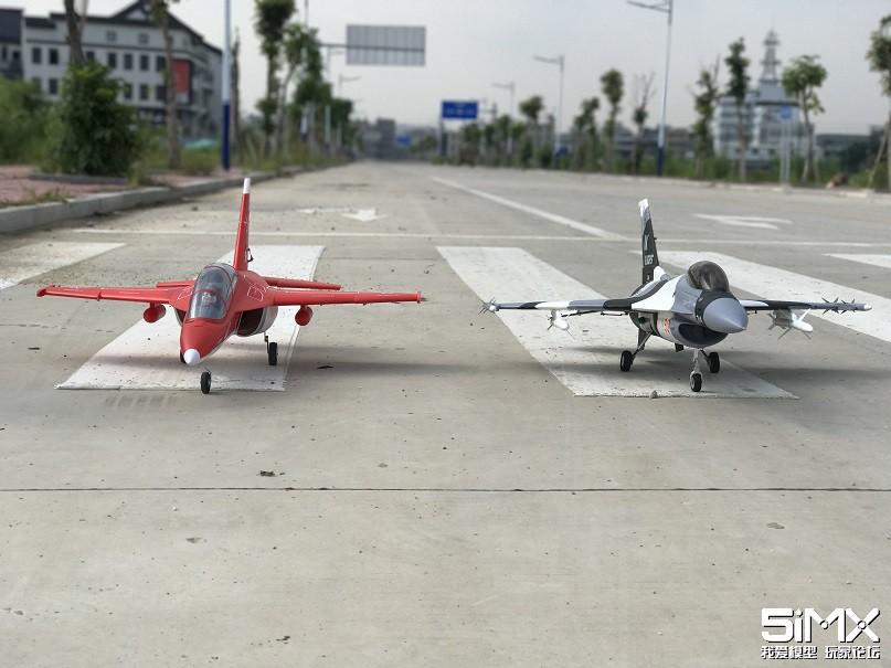 yak130和f16双飞,起飞和降落都差点撞机!